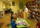 Bērni iepazīst Dižstendes bibliotēku